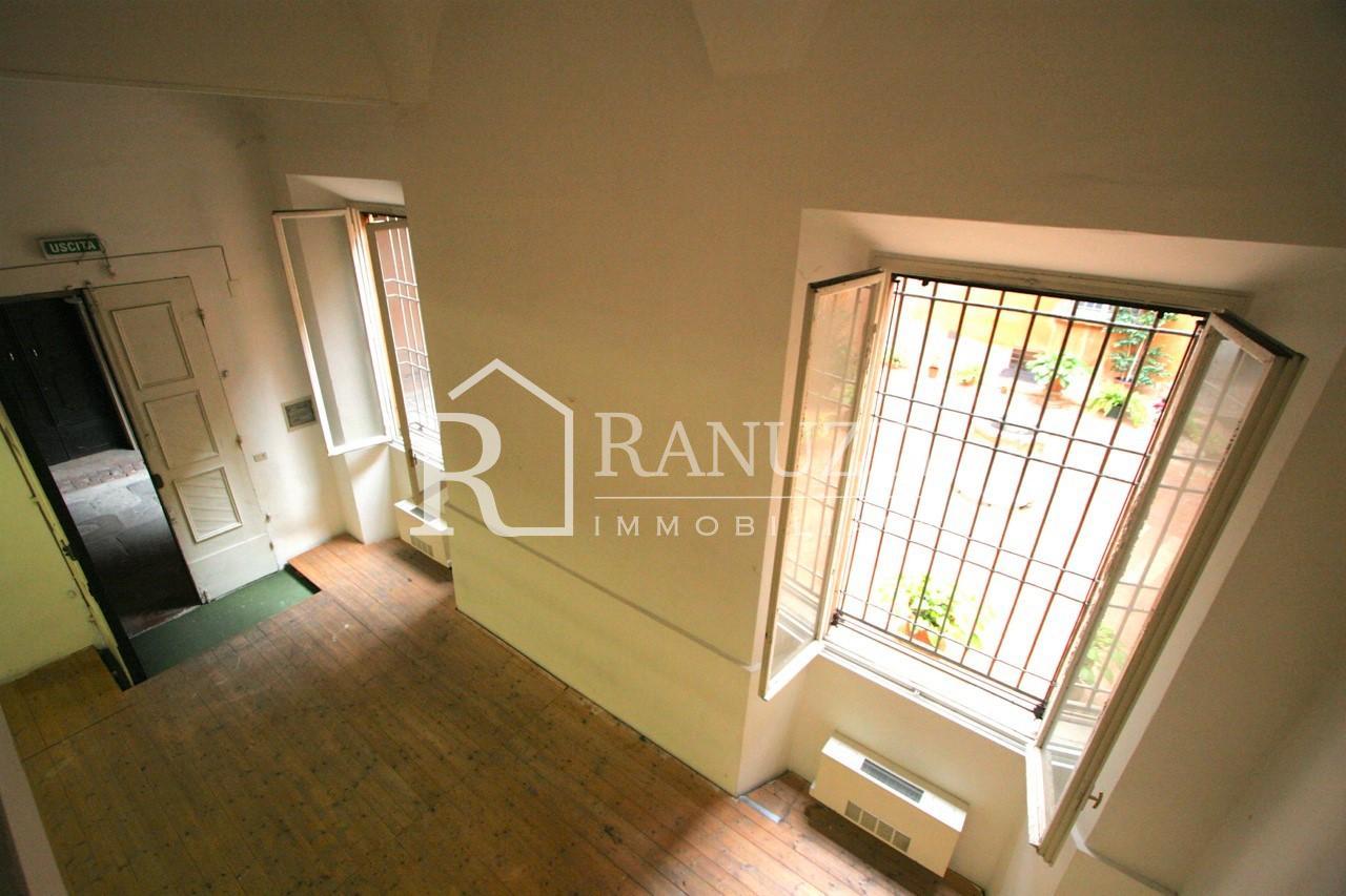 RI-AFF2107_Barberia_Uffici con ampie finestre e soffitti alti