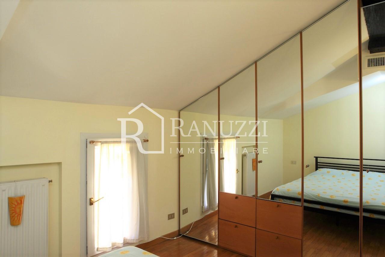 Nazario Sauro_Camera da letto mansardata ampio specchio