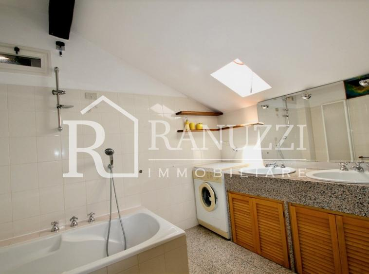Nazario Sauro_ampio bagno finestrato con vasca e lavatrice