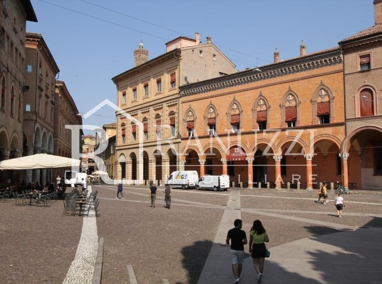 Piazza S.Stefano Corte Isolani