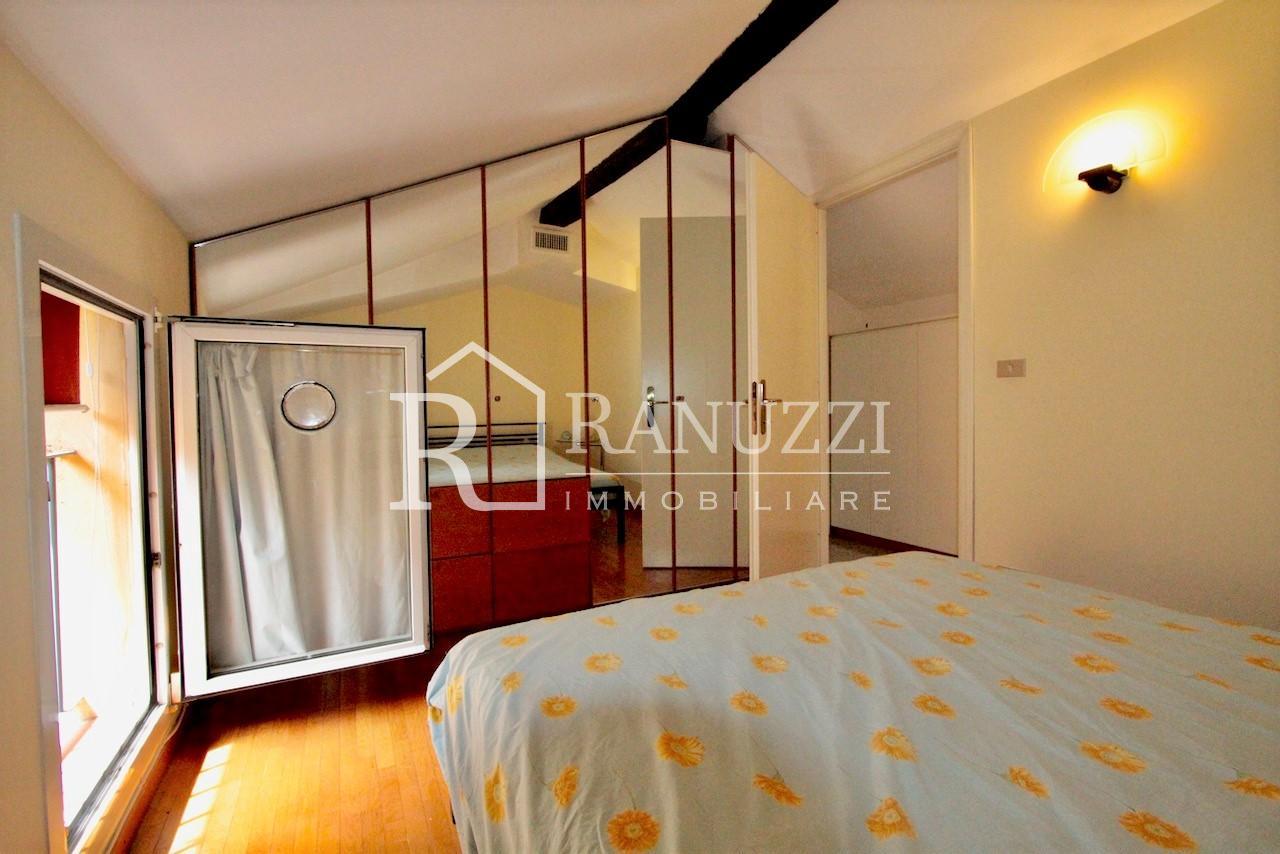 Nazario Sauro_camera da letto con specchio e affaccio