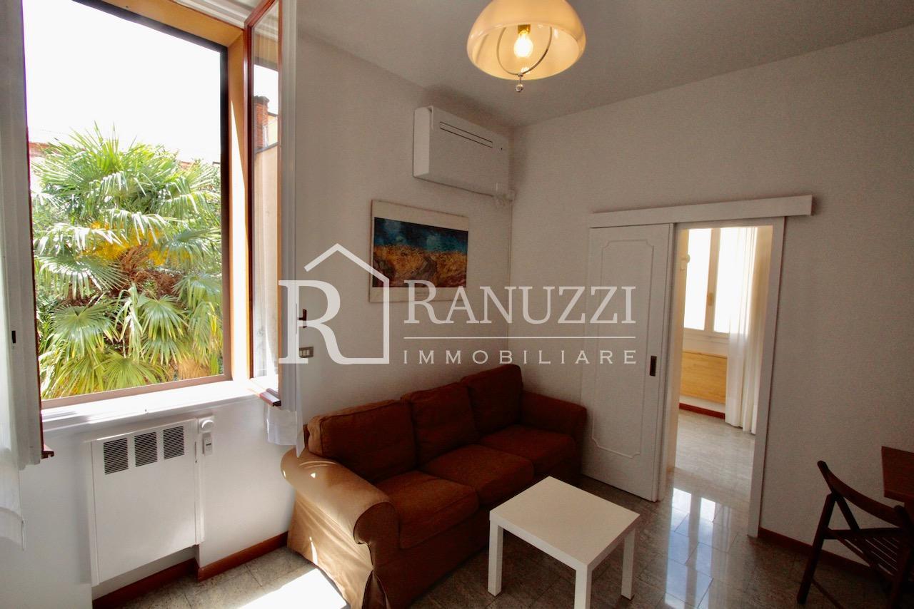 Battisti_bilocale_salotto con affaccio panorama_finestrato