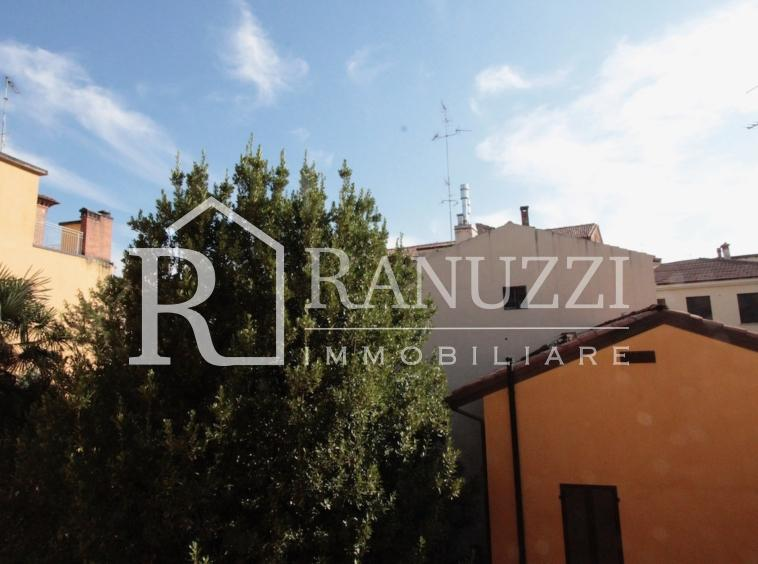 Battisti_grande bilocale_vista sui tetti e giardino