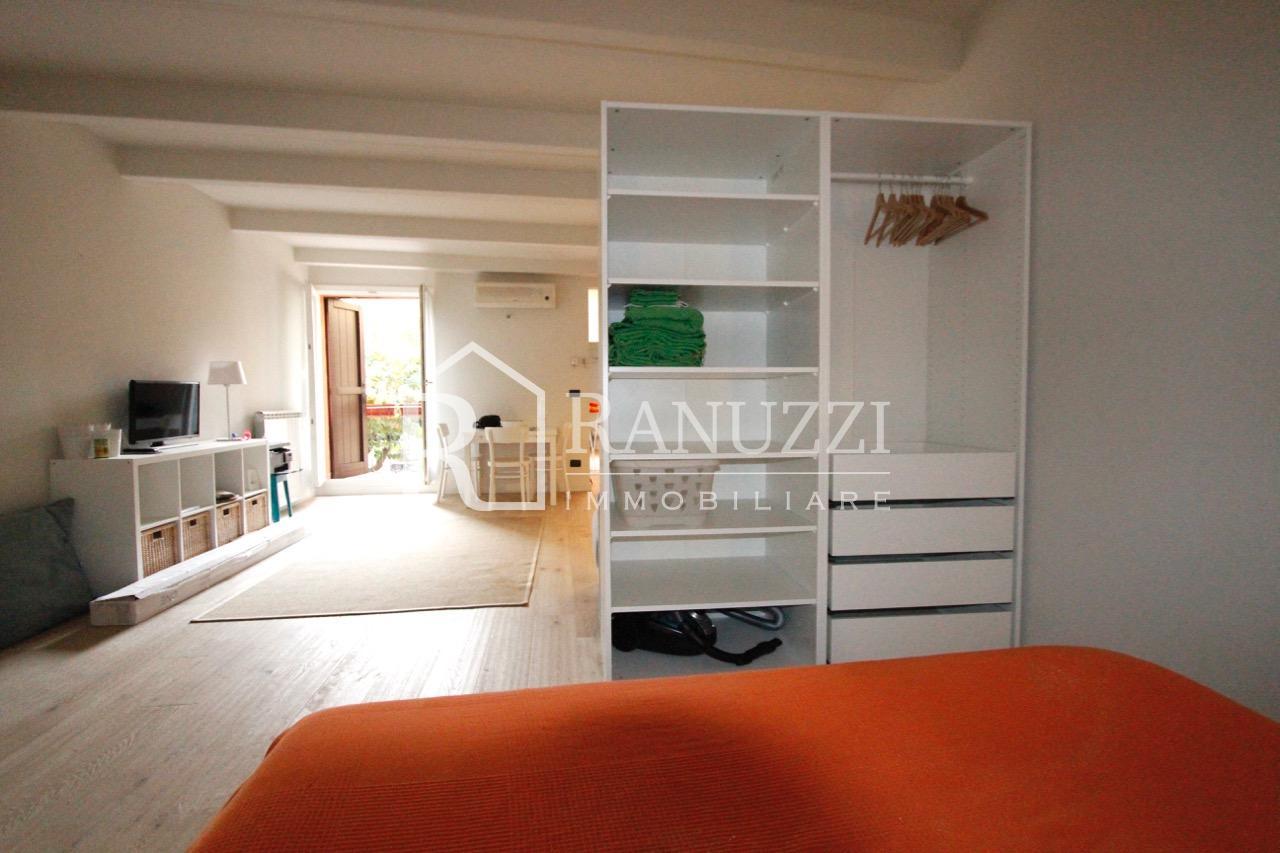 Bologna, Piazza S. Francesco_camera da letto salotto
