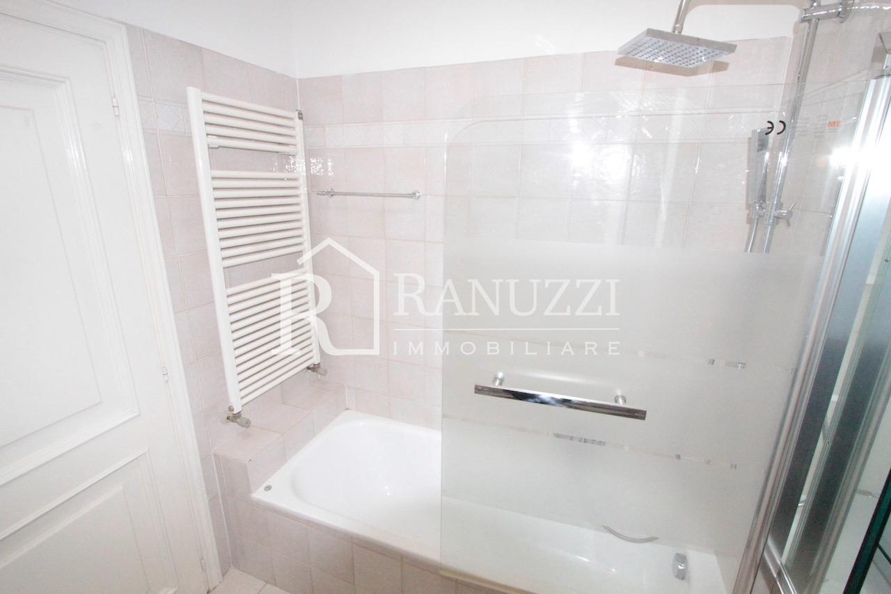 Attico Farini_bagno con vasca uso doccia