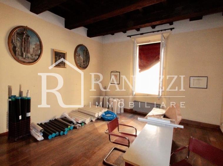 S.Stefano Corte Isolani_stanza uso ufficio con soffitto a travi