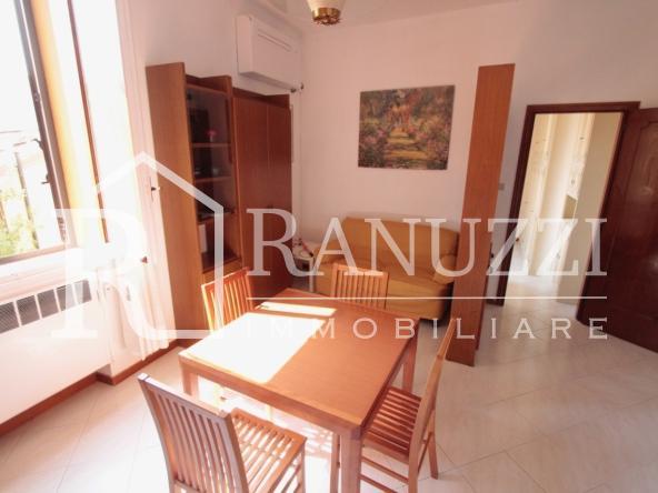Battisti_grande bilocale_tavolo cucina salotto