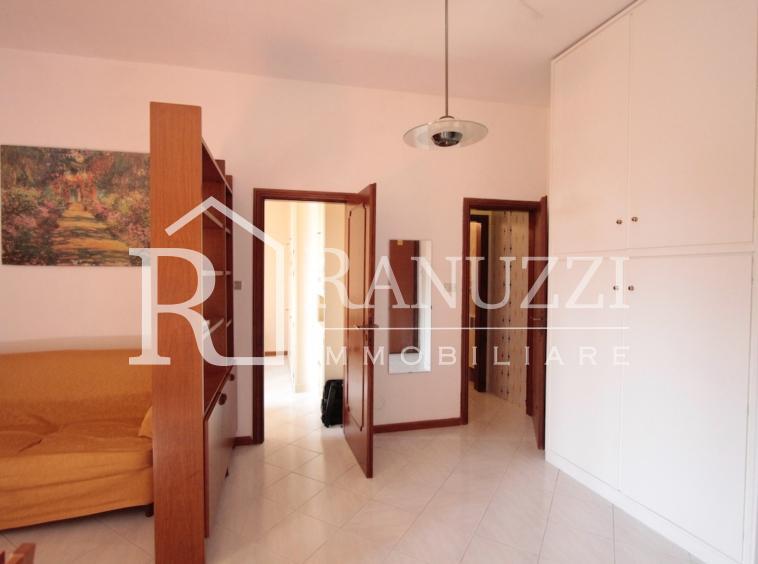 Battisti_grande bilocale_ingresso con armadio e salotto