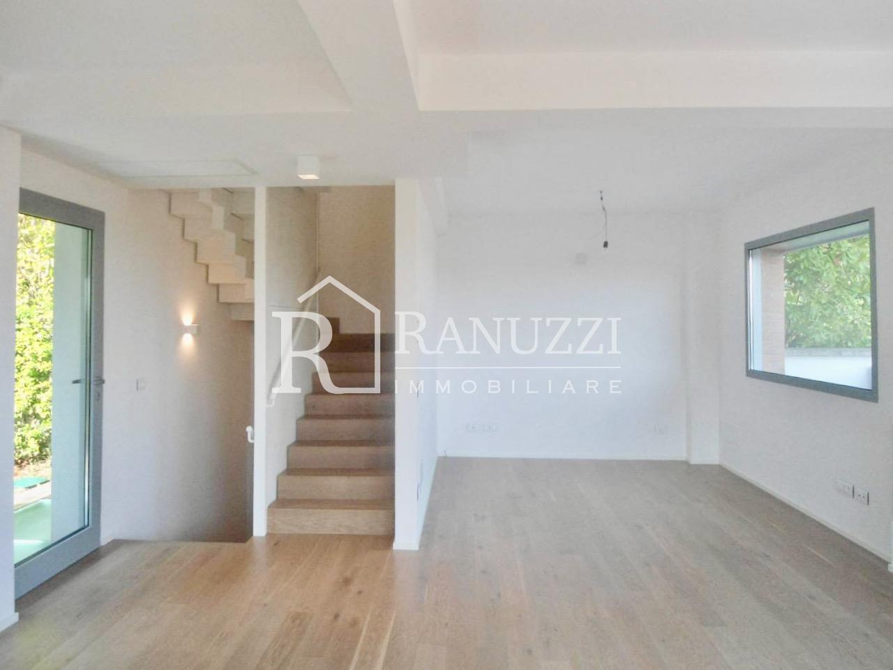 Villa zona funivia_area living_ampia sala con accesso scale
